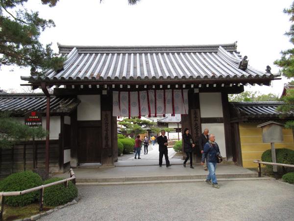 大覚寺の門構えの写真