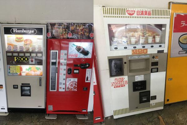 瓶コーラの自販機、ハンバーガーの自販機、カップヌードルの自販機