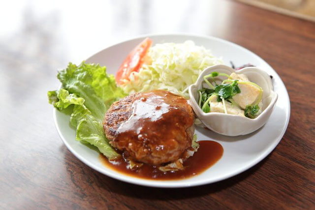 ハンバーグ定食(ご飯とお味噌汁付き)